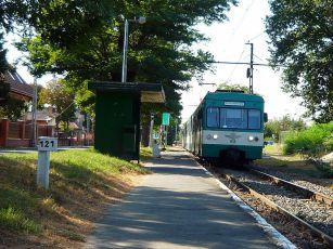 800px-HÉV_arriving_at_Árpádföld_station,_Budapest