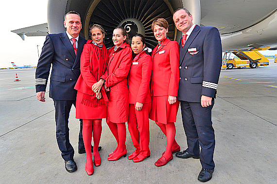 aua-austrian-airlines-crew-vor-dem-triebwerk-der-oe-lbp-in-wien-aufgehellt-foto-pa-austrian-wings-media-crew